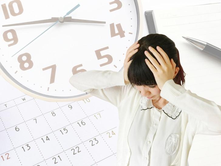 時間に頭を抱える女性