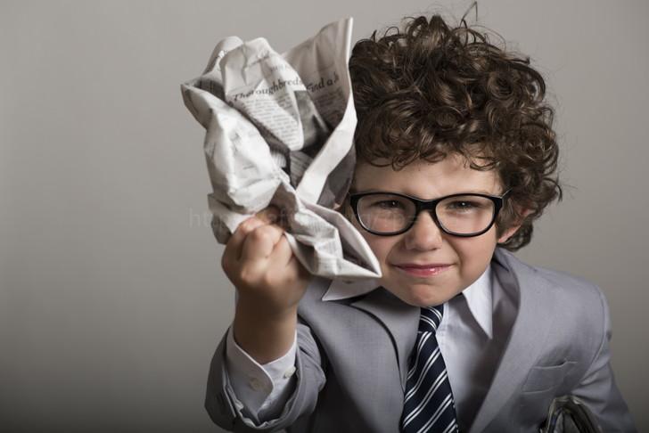 新聞を丸める子供