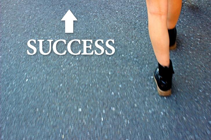 成功に歩く女性