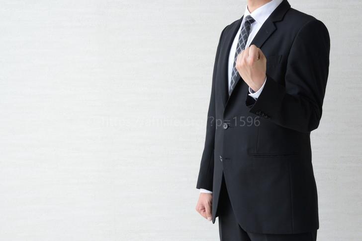 握りこぶしをつくる男性