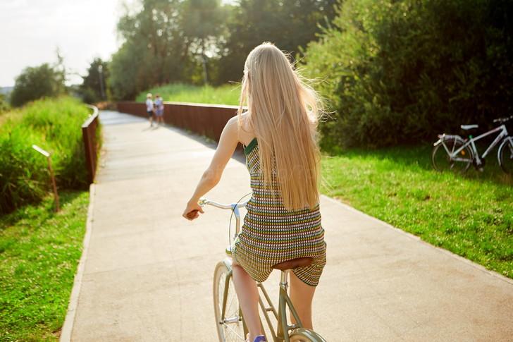 自転車操業する女性