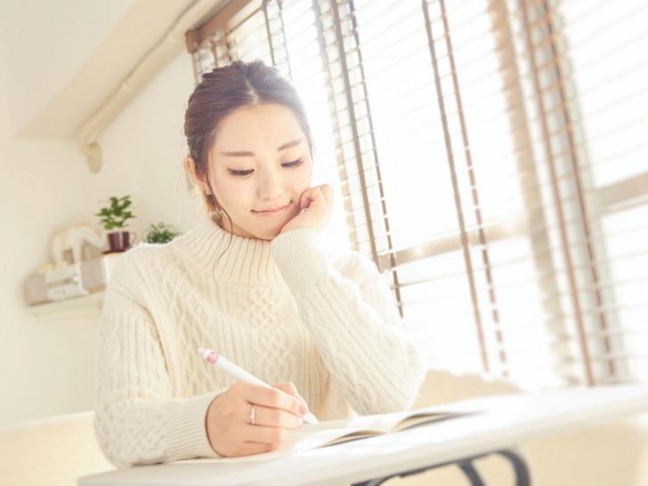 記事を書く女性