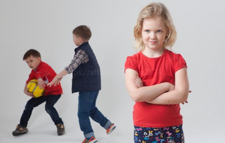 バスケットボールで遊ぶ子供達