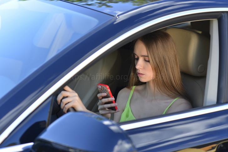 脇見運転する女性