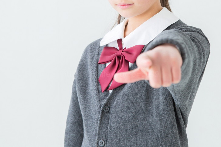 指を差す女の子