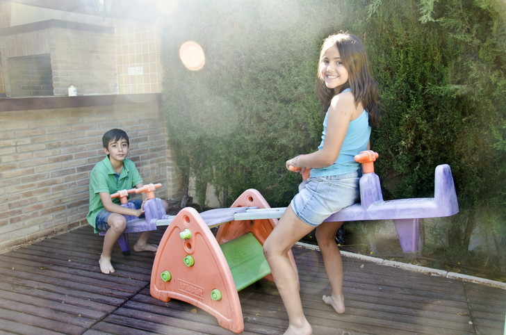 シーソーで遊ぶ子供