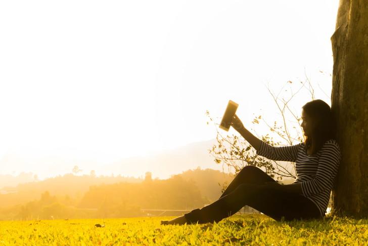 木陰に座る女性