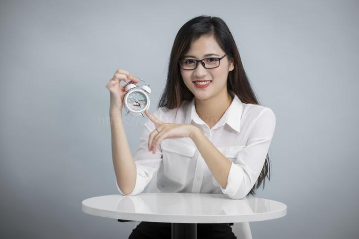 時計を持つ女性