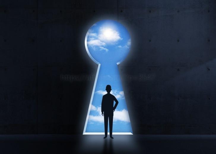 鍵の前にいる男性