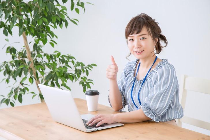 パソコンを操作する女性
