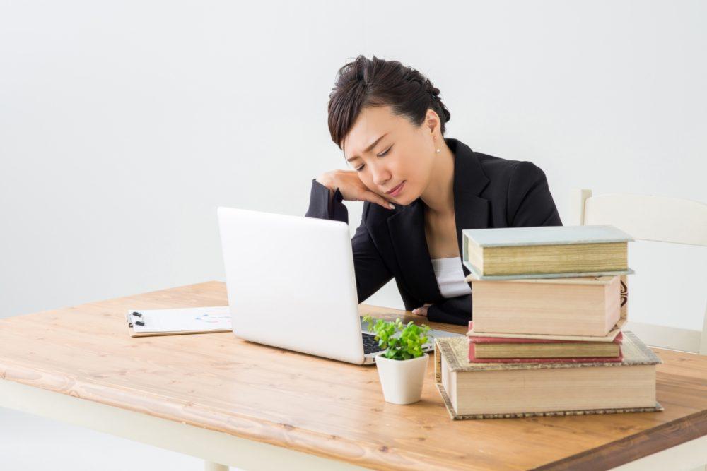 残業する女性